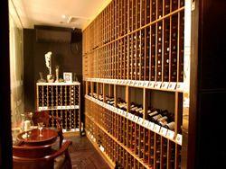 馬賽爾珈琲西餐(マー サイ ェ゛ァー ガー フェイ シー ツァン):厳選されたワインが並ぶワインセラー