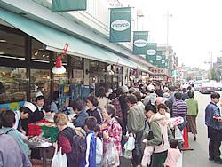 スーパーやまだ:【夕市】青果や鮮魚は市場の方が 来ていますからスゴイ活気!