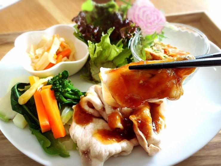 本日のベジランチ<br>ゆで豚と温野菜の生姜甘みぞれソースかけ、お野菜玉子焼き、切り干し大根煮物、生サラダ、味噌汁、藤原さんちのお米ご飯 <br>540円(税込)