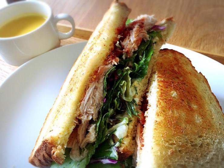 国産チキンのベジフルサンド:自家製野菜酵素パンとハーブチキンのボリュームたっぷりサンド 778円(税込) <br>set(ミニスープ+サラダ+ひのきコーヒー)1,102円(税込)